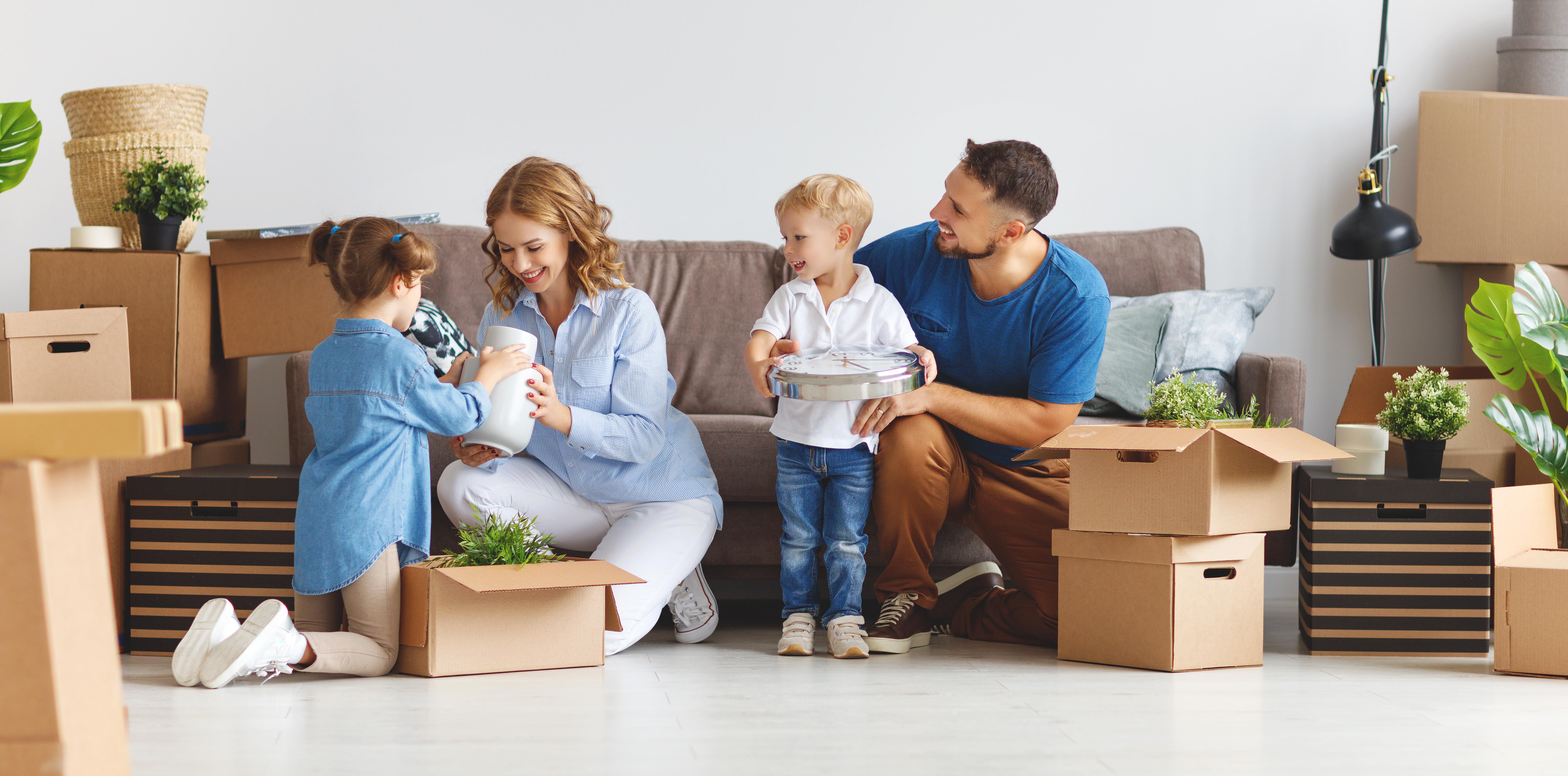 Eine Familie die in ein neues Haus gezogen ist welches ermöglicht wurde durch Vollenweider Immobilien